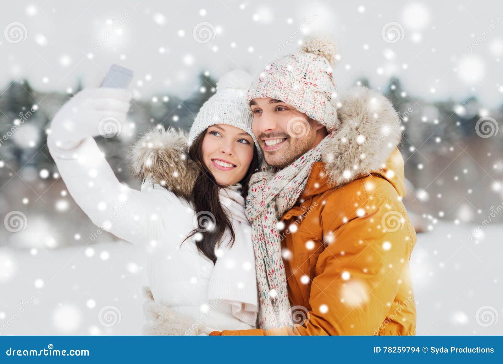 Ευτυχές ζεύγος που παίρνει selfie από το smartphone το χειμώνα