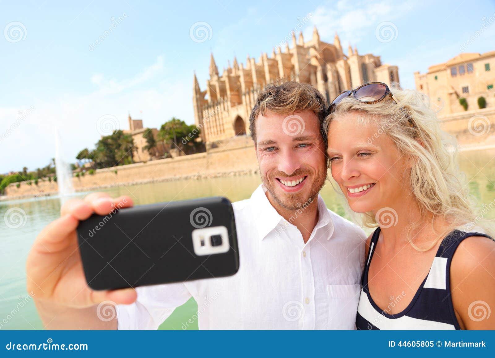 Ευτυχές ζεύγος που χρονολογεί παίρνοντας selfie τη φωτογραφία, Μαγιόρκα