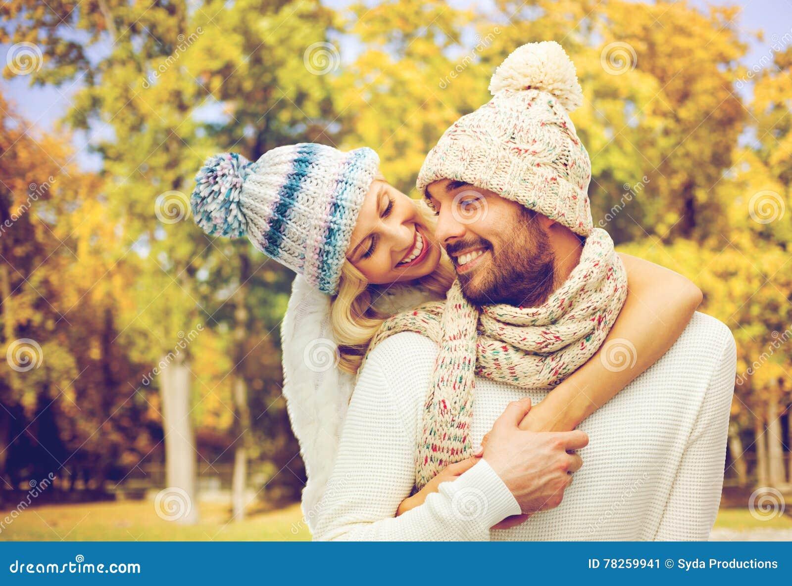 Ευτυχές ζεύγος στα θερμά ενδύματα κατά τη διάρκεια του φθινοπώρου