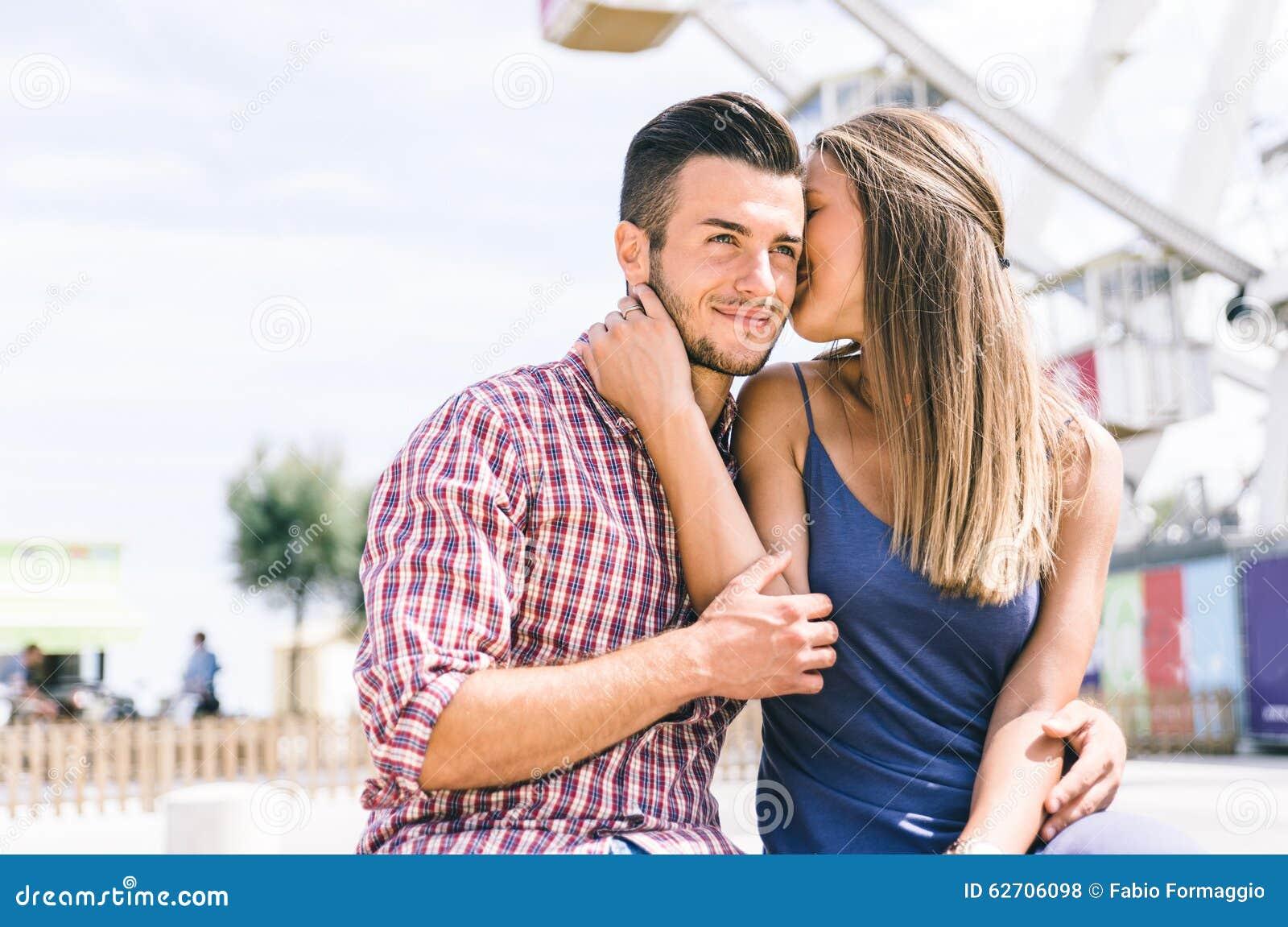 Ευτυχές ζεύγος στο λούνα παρκ