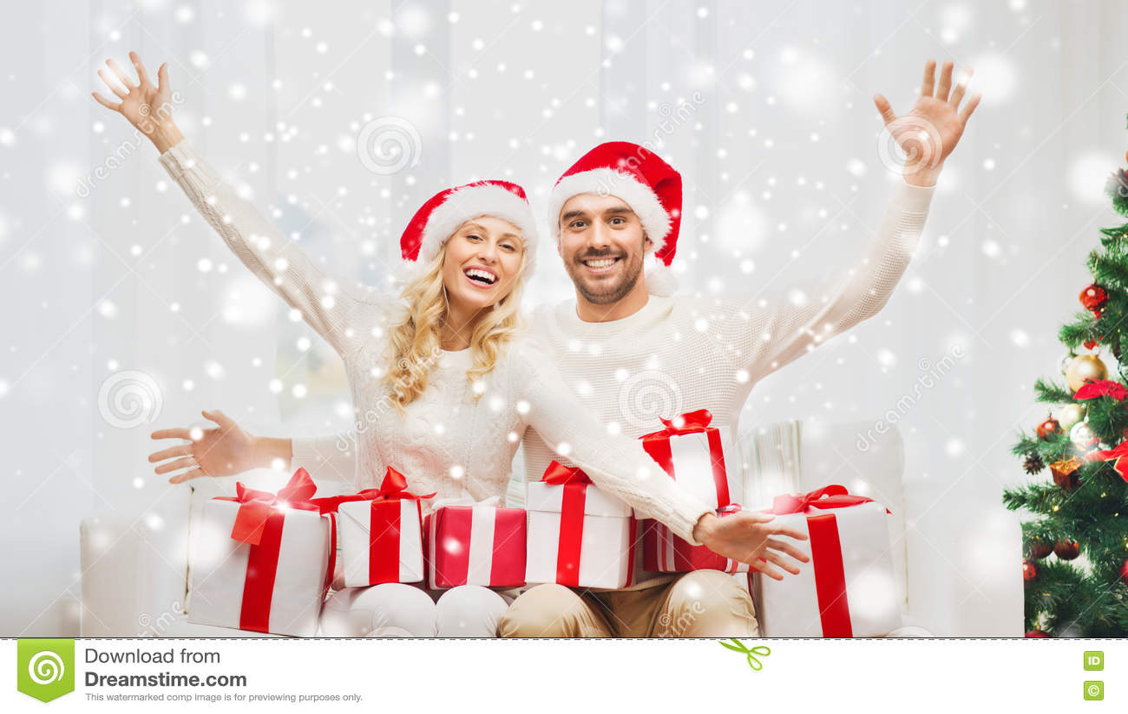 Ευτυχές ζεύγος στο σπίτι με τα κιβώτια δώρων Χριστουγέννων