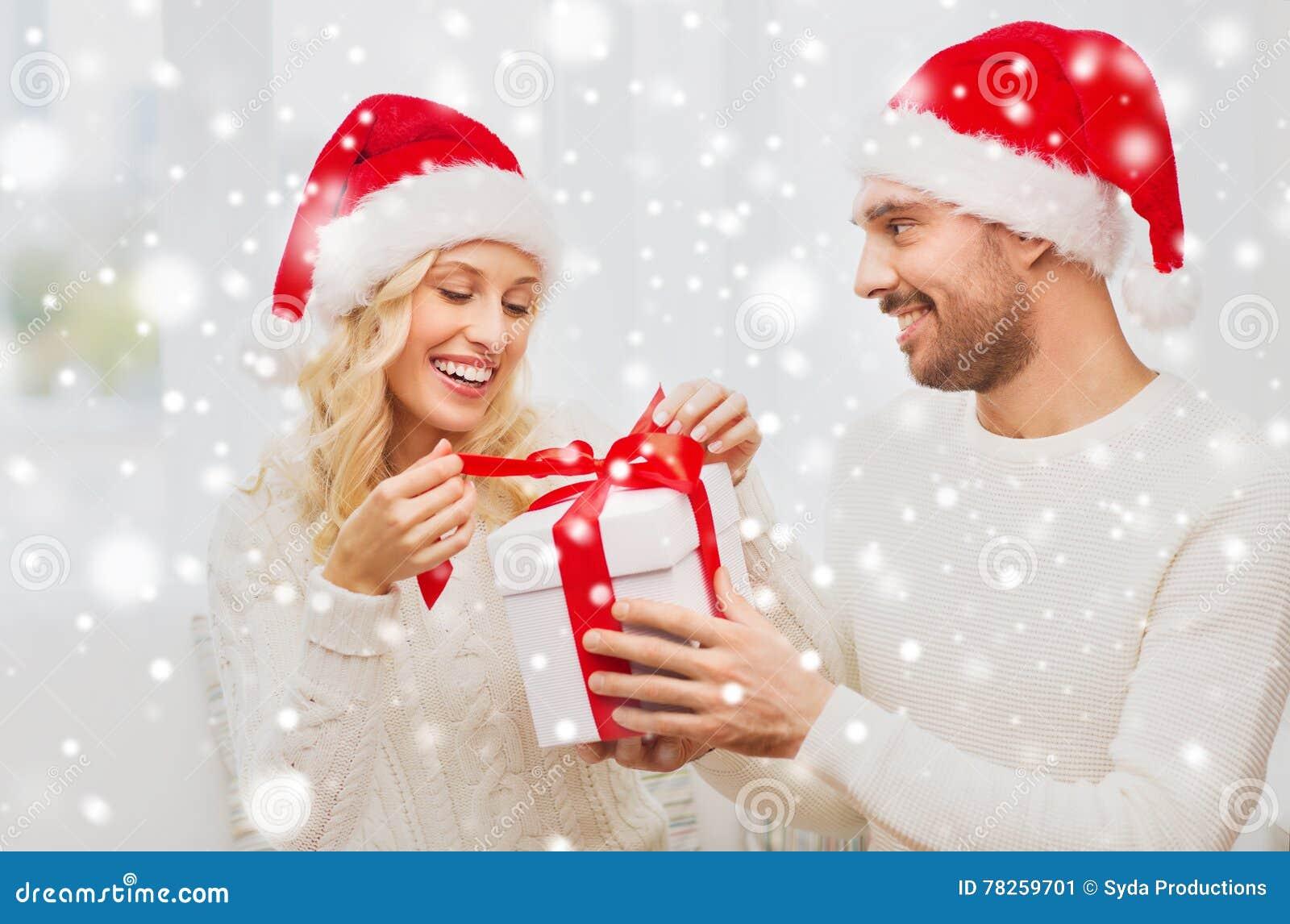 Ευτυχές ζεύγος στο σπίτι με το κιβώτιο δώρων Χριστουγέννων