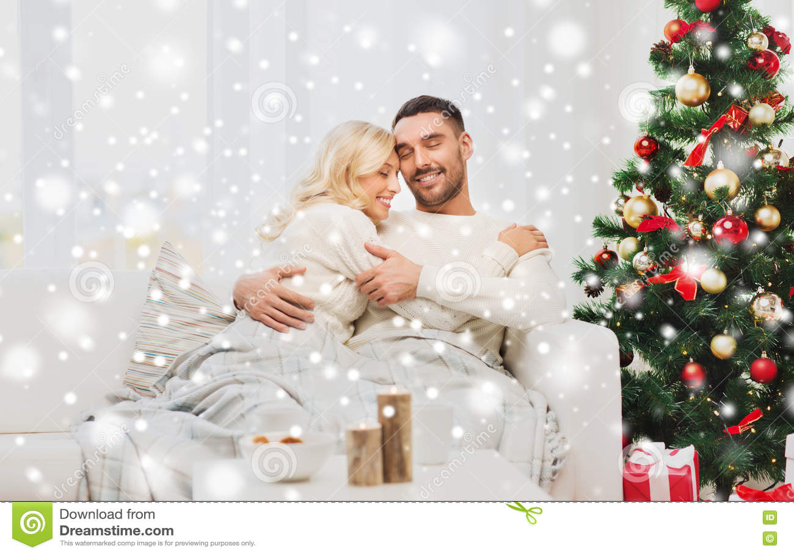 Ευτυχές ζεύγος στο σπίτι με το χριστουγεννιάτικο δέντρο