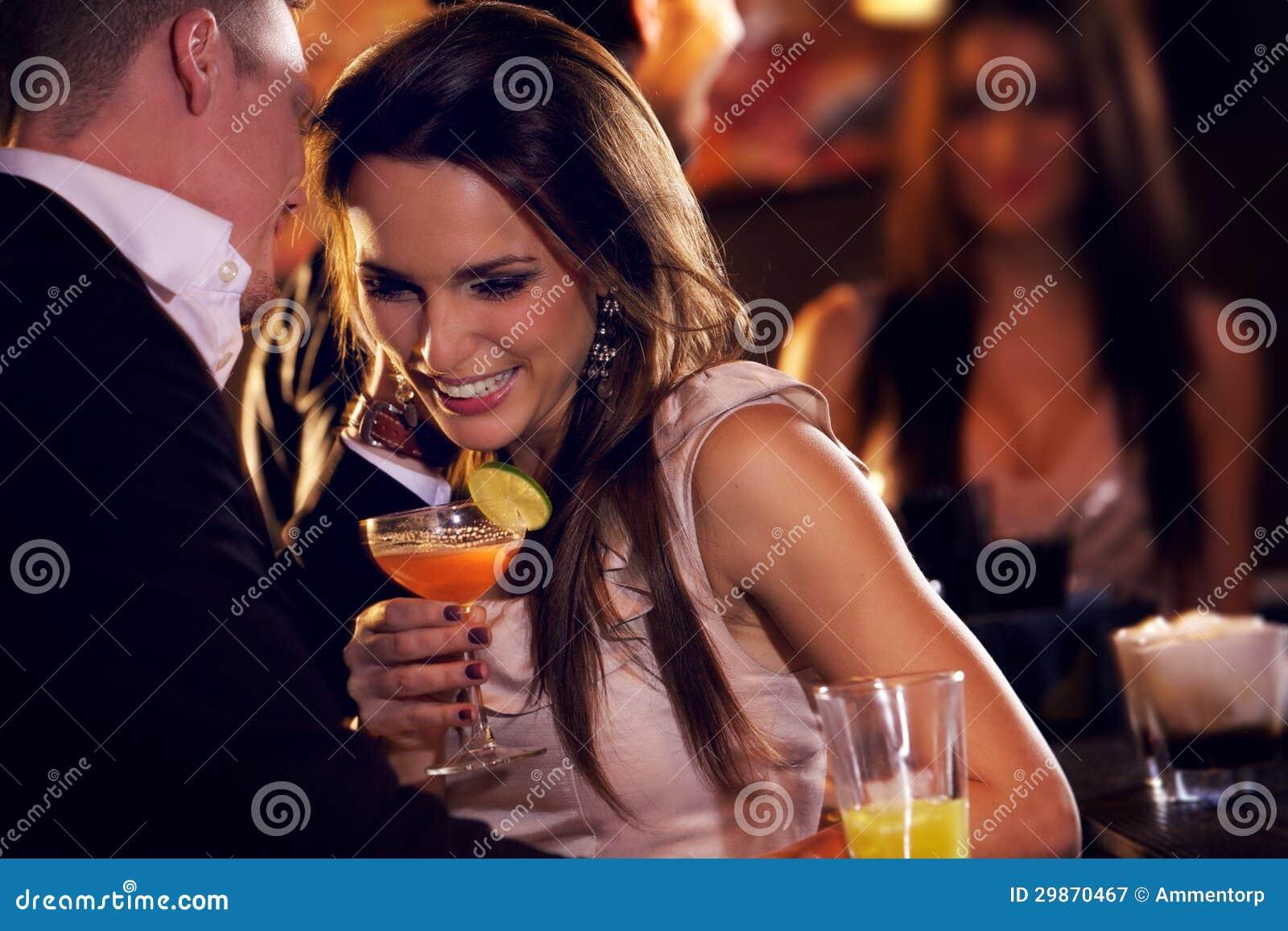 Ευτυχές ζεύγος που απολαμβάνει το Κόμμα