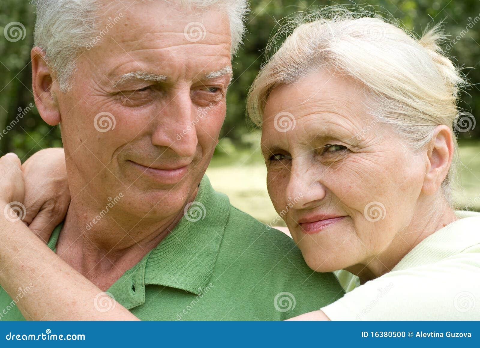 Ευτυχές ηλικιωμένο ζεύγος στο πάρκο