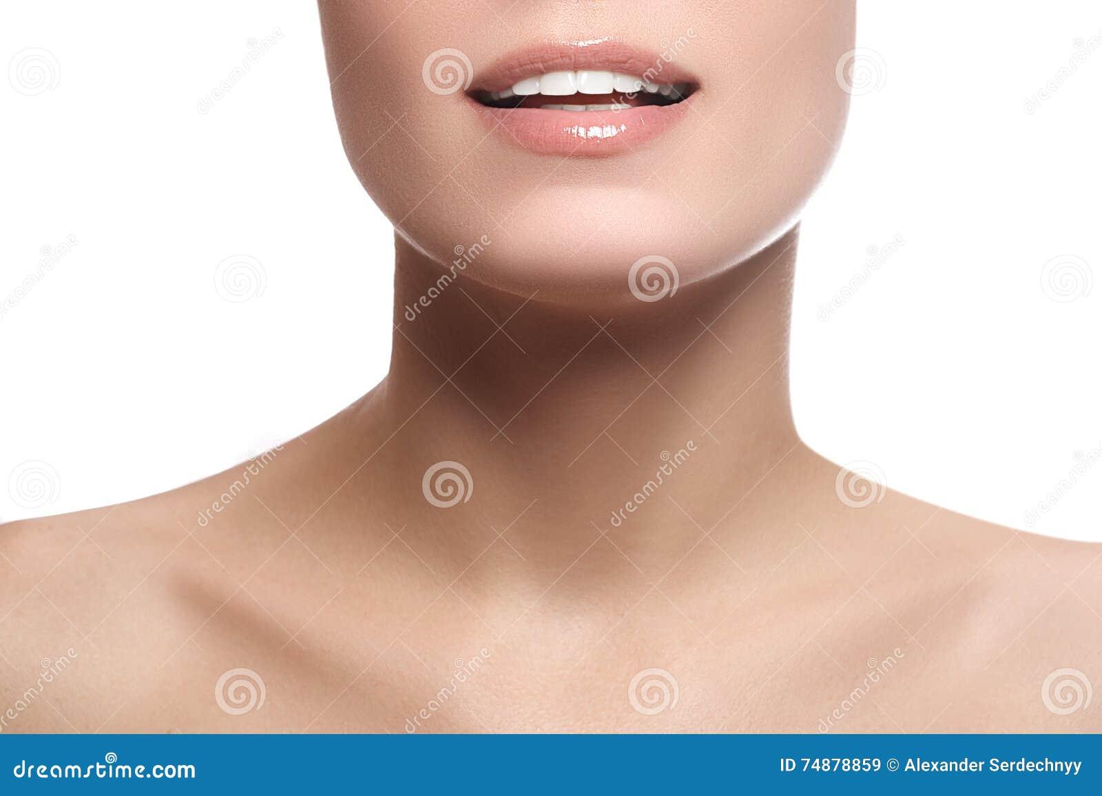 Ευτυχές θηλυκό χαμόγελο κινηματογραφήσεων σε πρώτο πλάνο με τα υγιή άσπρα δόντια Cosmetolog