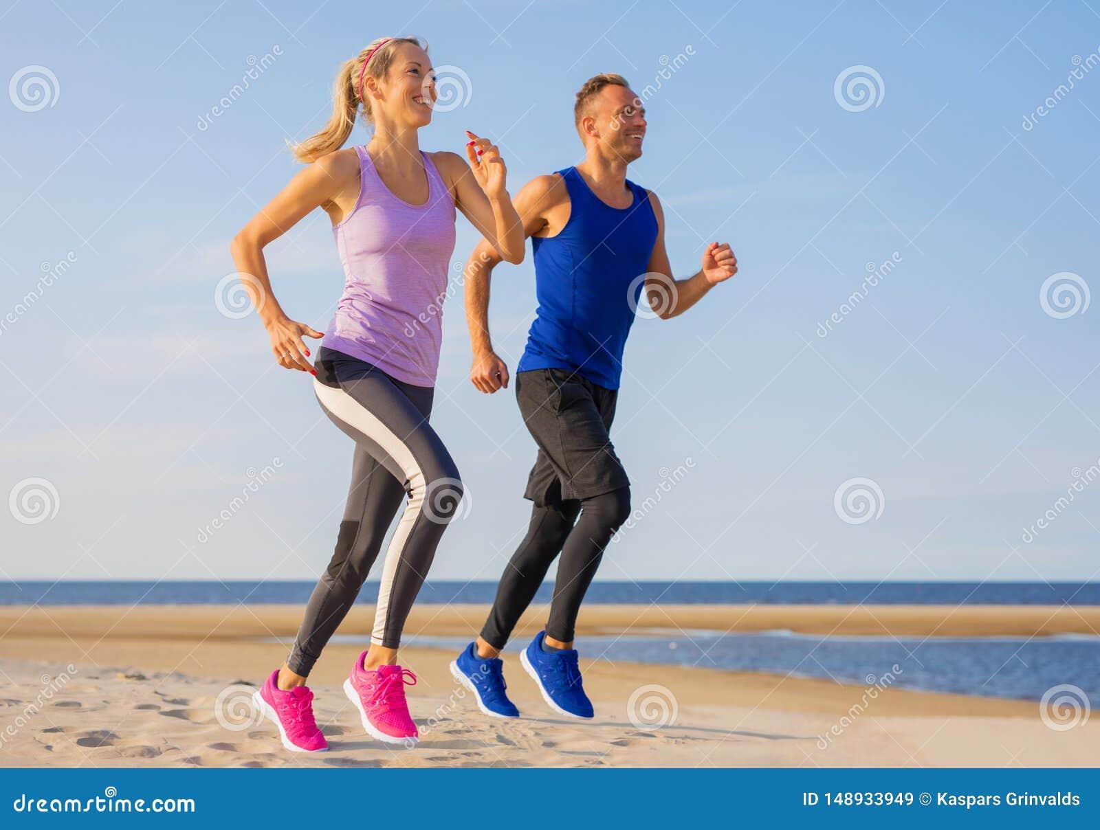 Ευτυχές και κατάλληλο τρέξιμο ζευγών