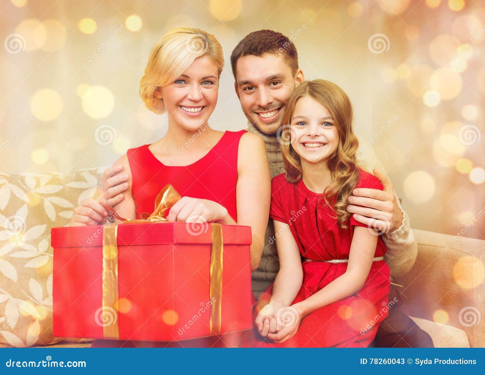 Ευτυχές κιβώτιο δώρων οικογενειακού ανοίγματος