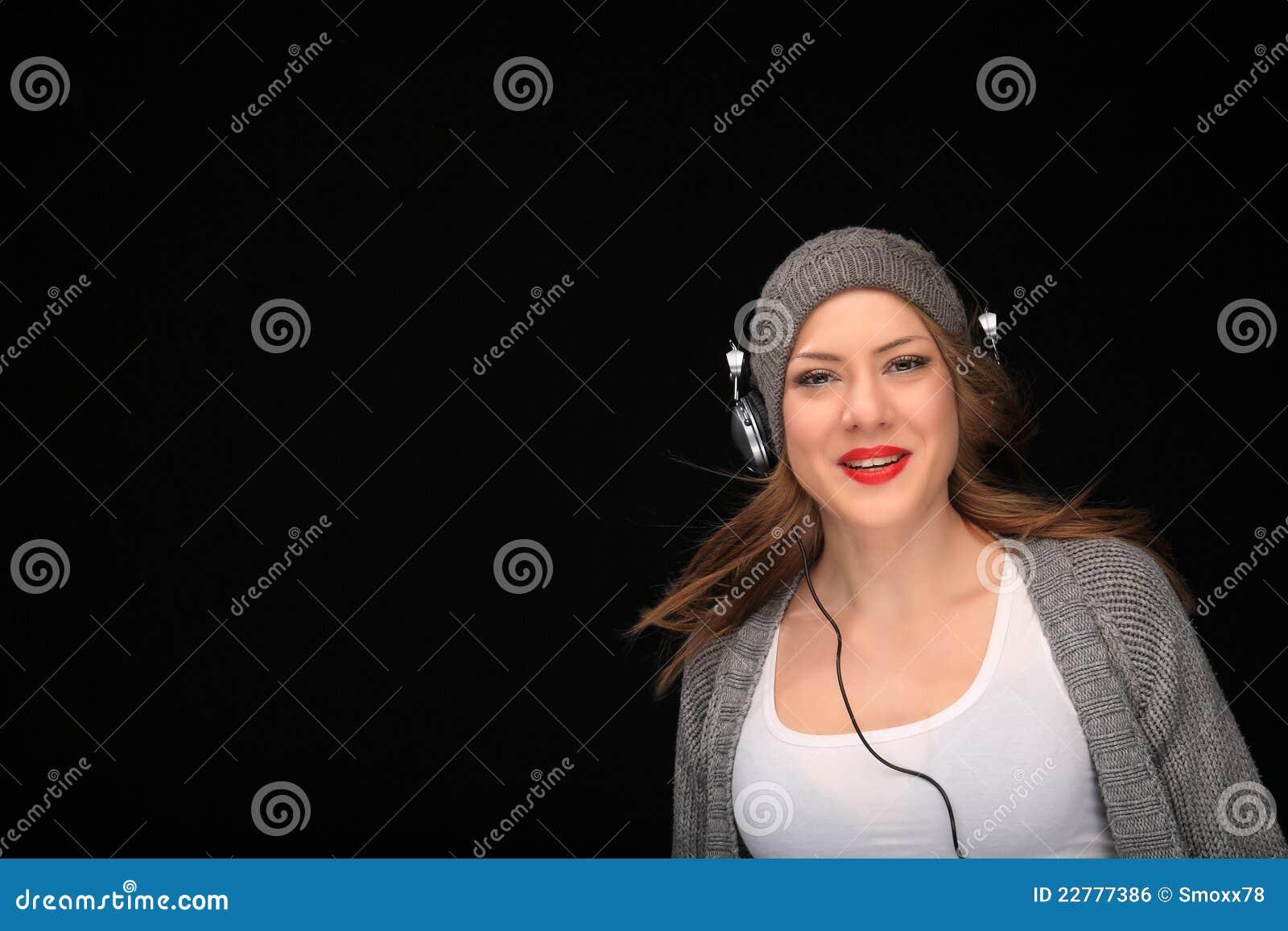 Ευτυχές κορίτσι με τα ακουστικά