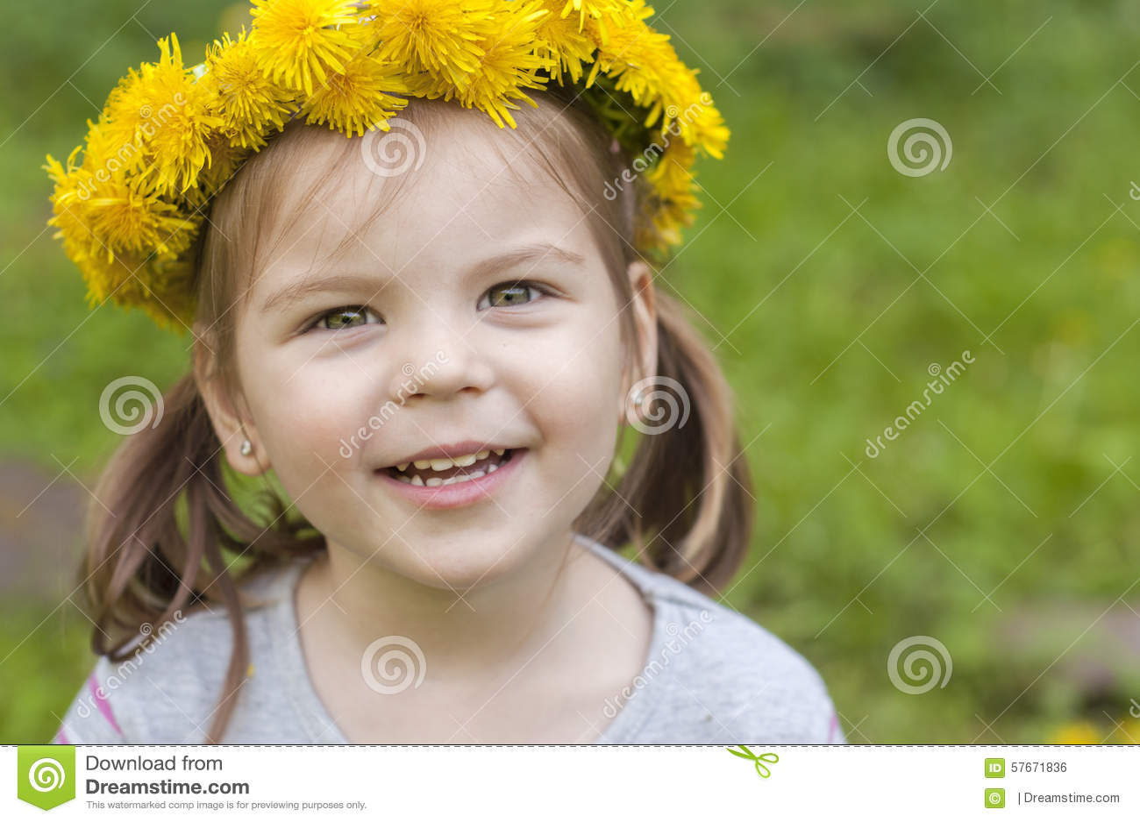 Ευτυχές κορίτσι με τα κίτρινα λουλούδια