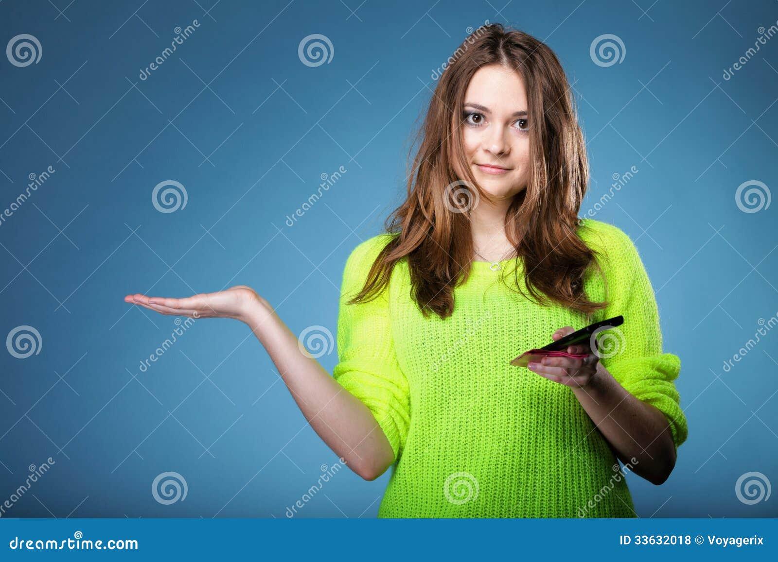 Ευτυχές κορίτσι με τον κινητό τηλεφωνικό ανοικτό φοίνικα για το προϊόν