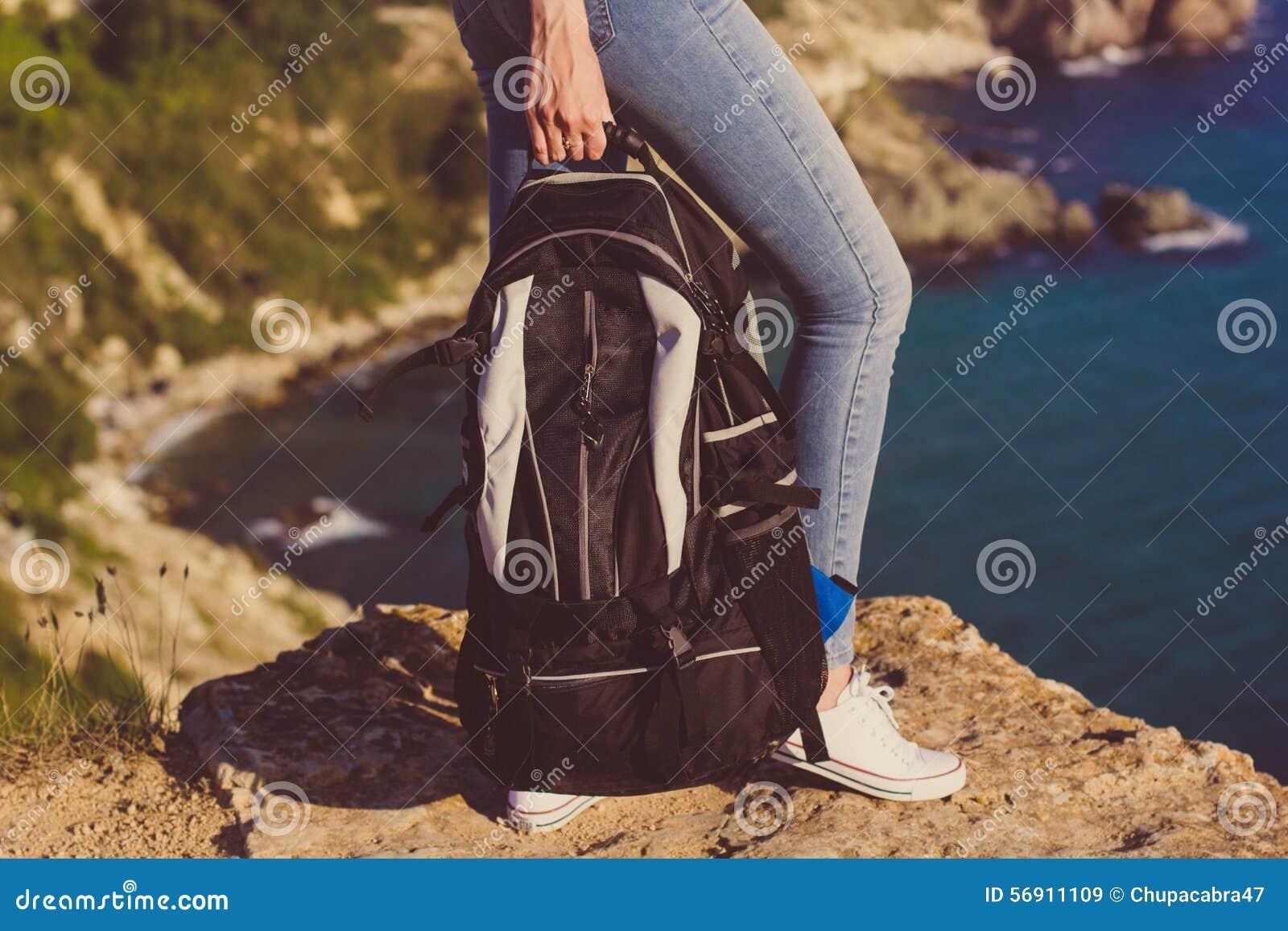 Ευτυχές κορίτσι με το σακίδιο πλάτης στα χέρια της
