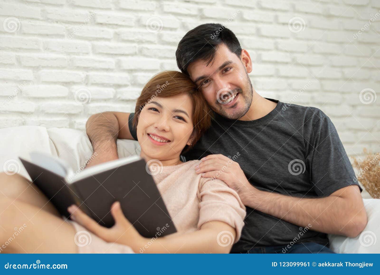 Ευτυχές νέο αγαπώντας ζεύγος που διαβάζει ένα βιβλίο