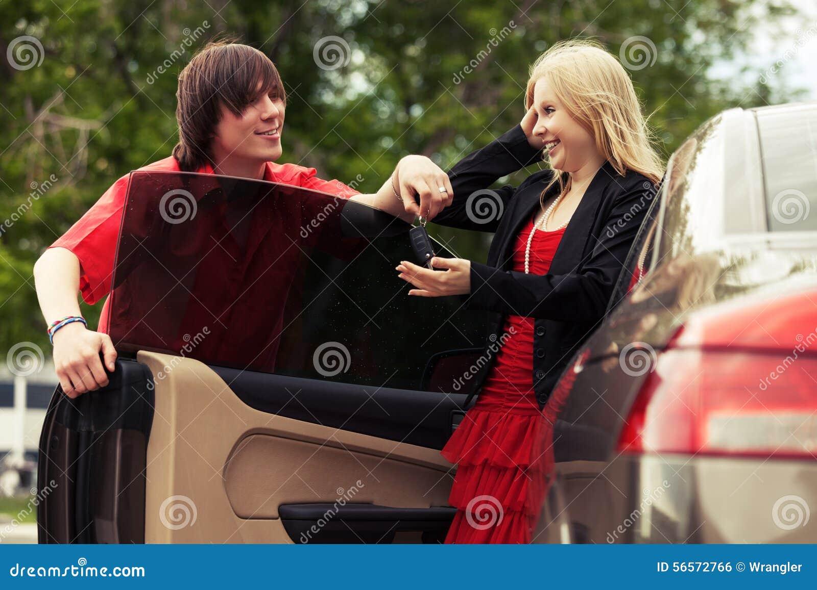 Download Ευτυχές νέο ζεύγος με το νέο αυτοκίνητο Στοκ Εικόνες - εικόνα από πόλη, κυρία: 56572766