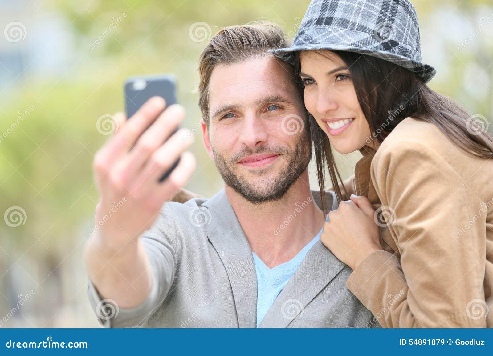 Ευτυχές νέο ζεύγος που παίρνει selfie