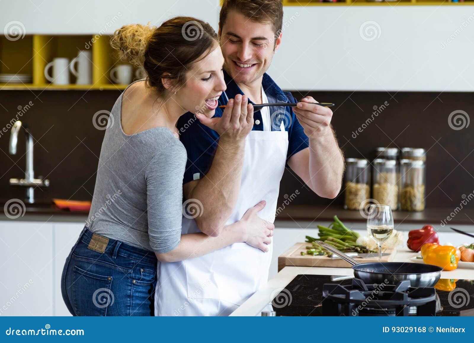 Ευτυχές νέο μαγείρεμα ζευγών μαζί στην κουζίνα στο σπίτι