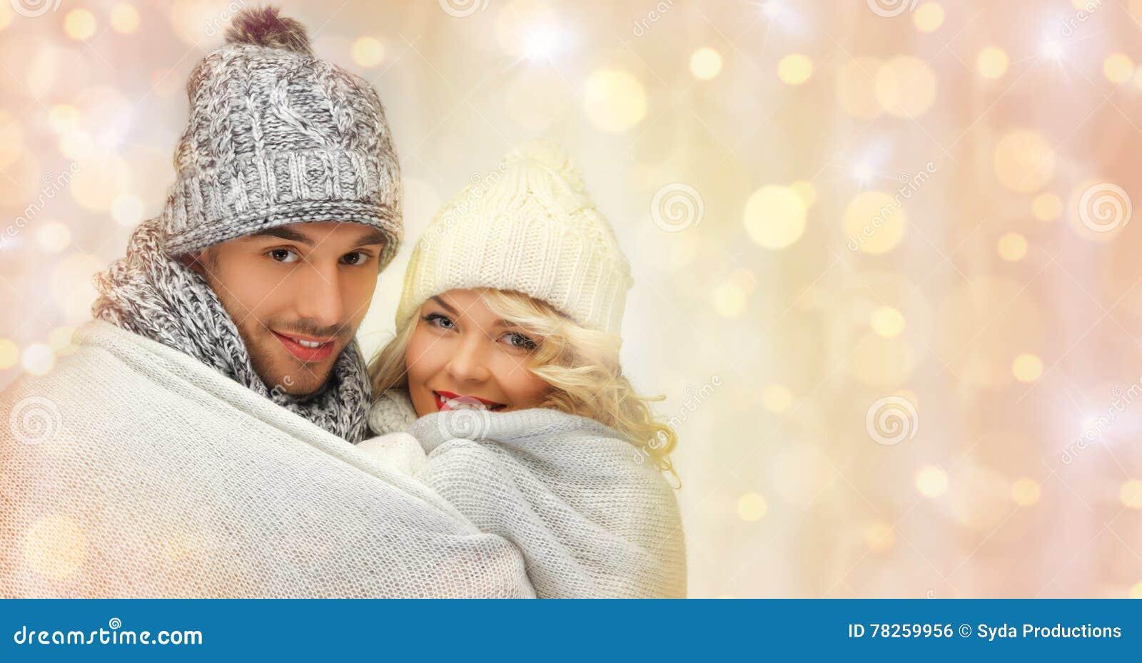 Ευτυχές οικογενειακό ζεύγος στο αγκάλιασμα χειμερινών ενδυμάτων