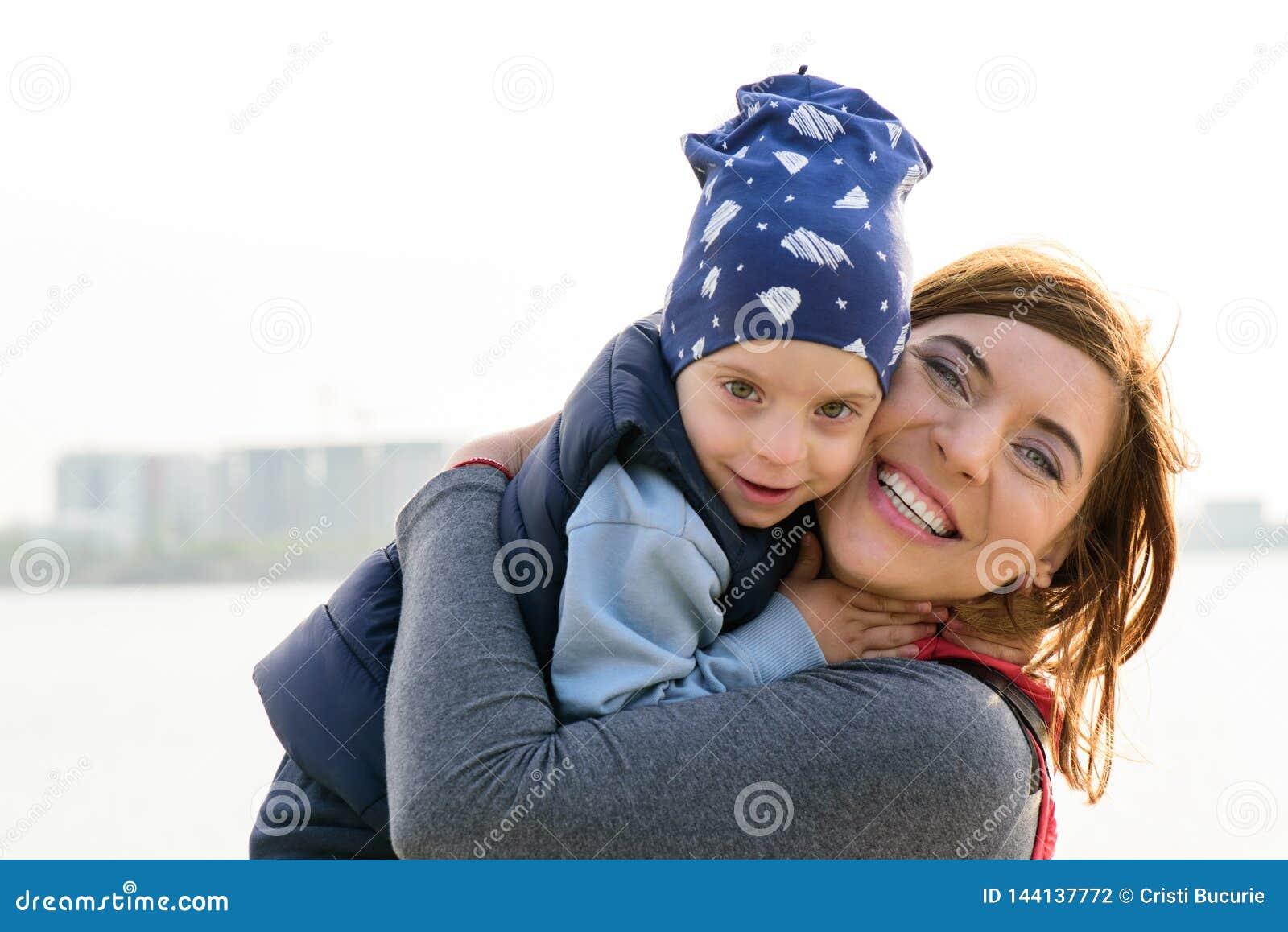 Μητέρα και παιδί Ευτυχές οικογενειακό πορτρέτο αγάπης