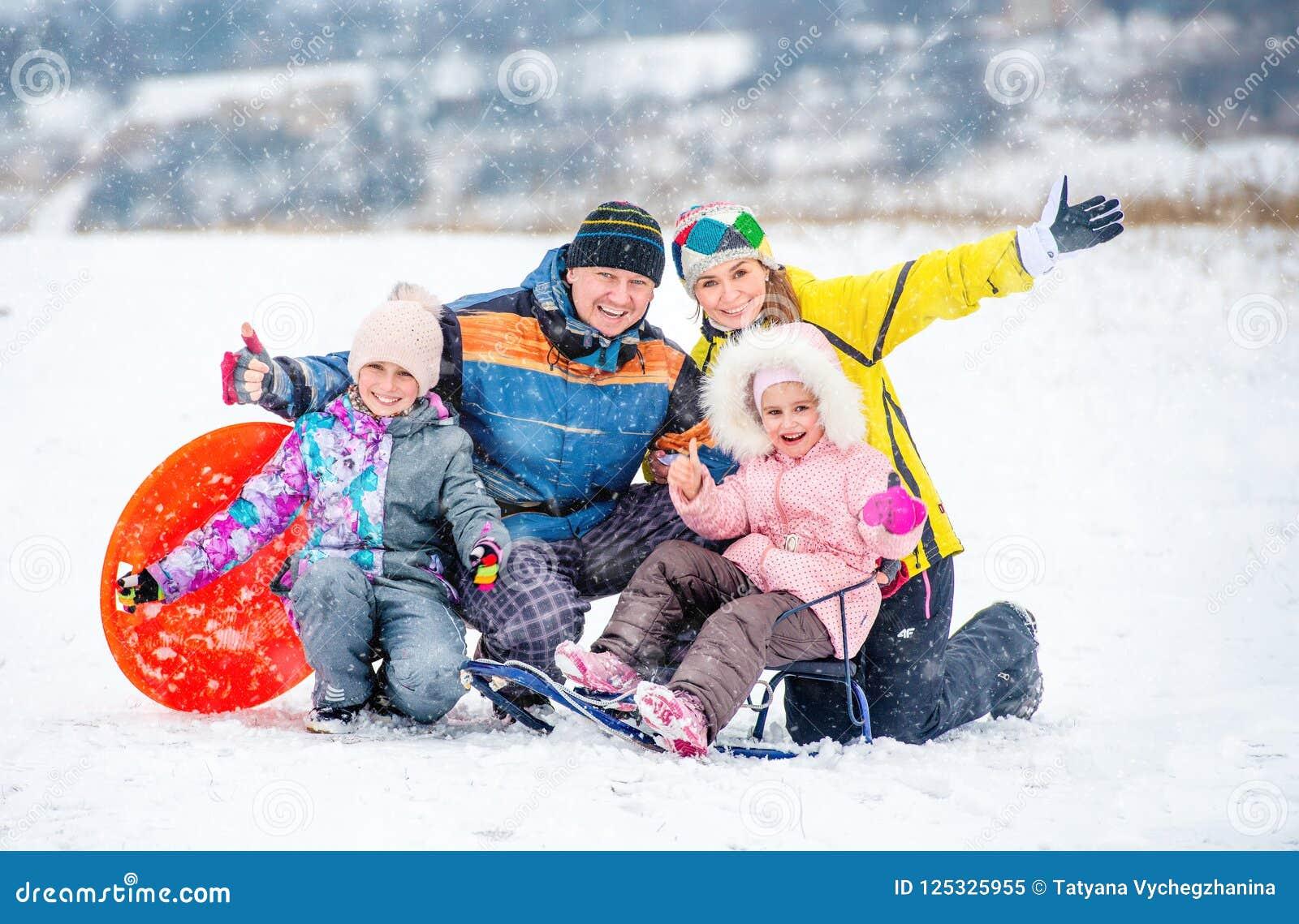 Ευτυχές οικογενειακό πορτρέτο υπαίθρια στο χειμώνα
