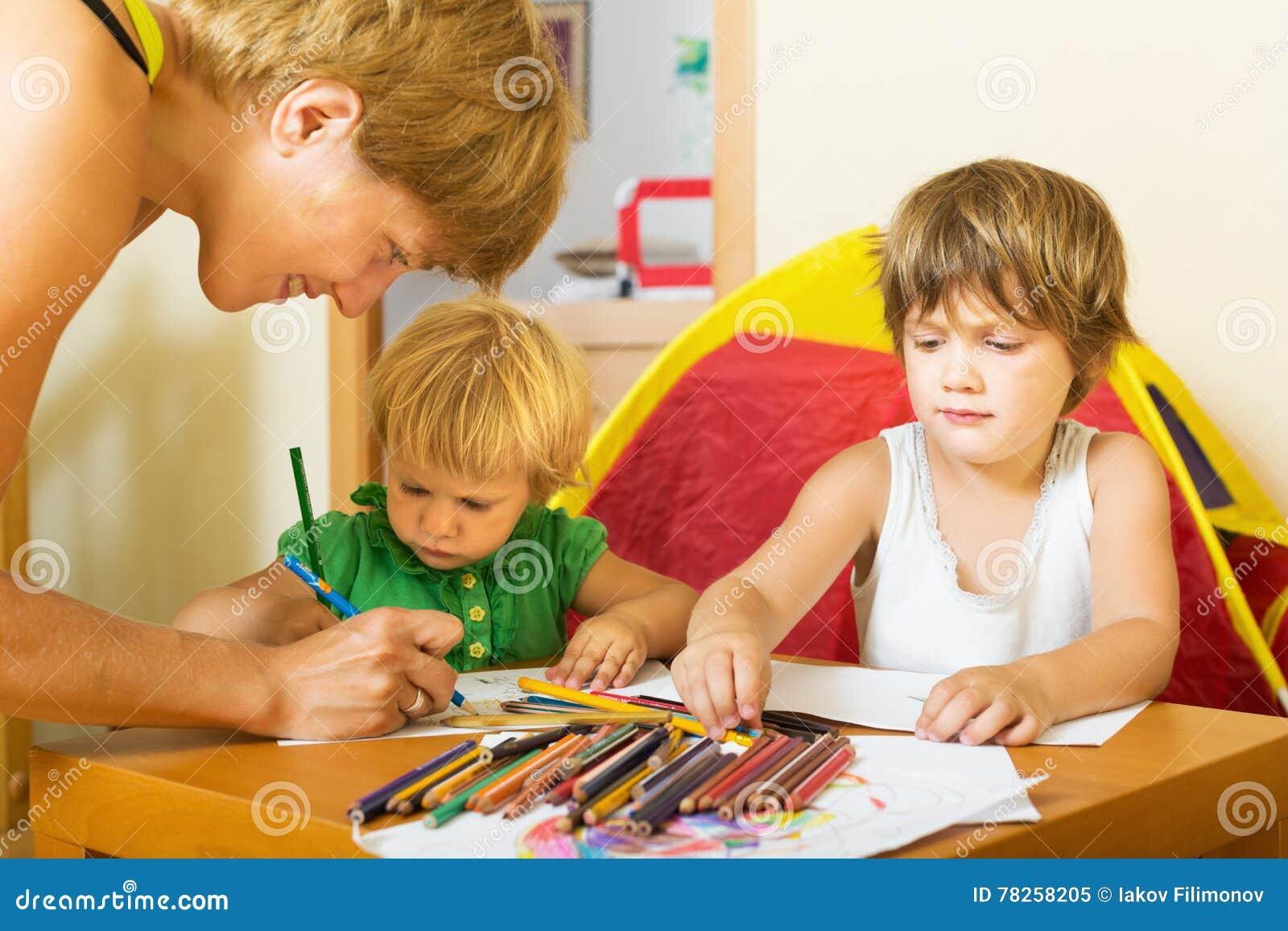 Ευτυχές οικογενειακό σχέδιο με τα μολύβια