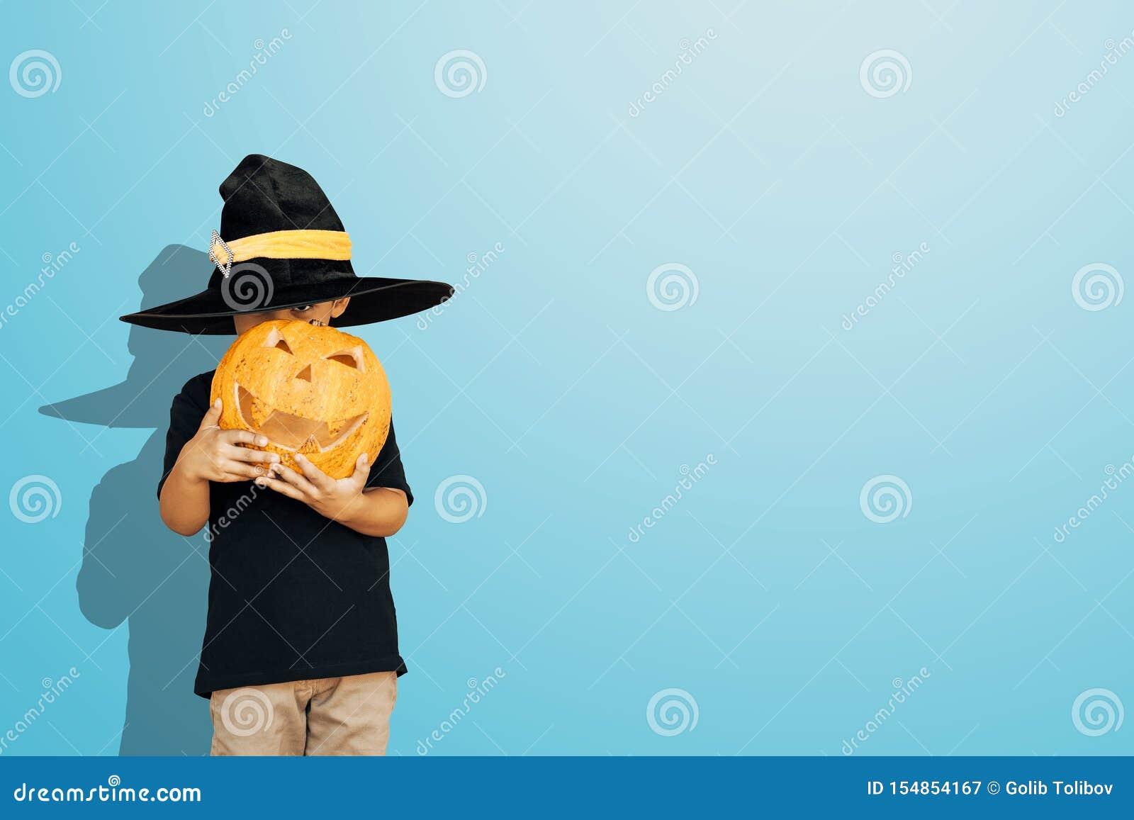 Ευτυχές παιδί με την κολοκύθα φαναριών γρύλων ο αποκριών