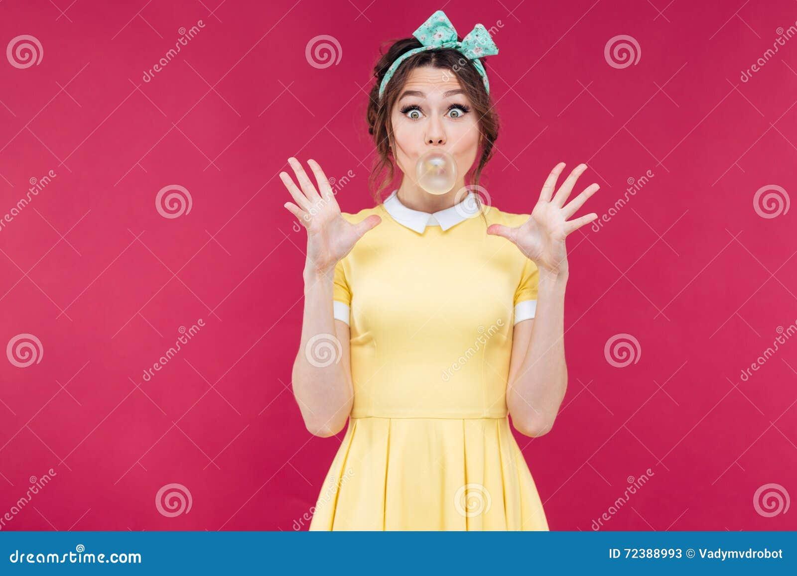 Ευτυχές συγκινημένο pinup κορίτσι που διογκώνει τη φυσαλίδα της τσίχλας