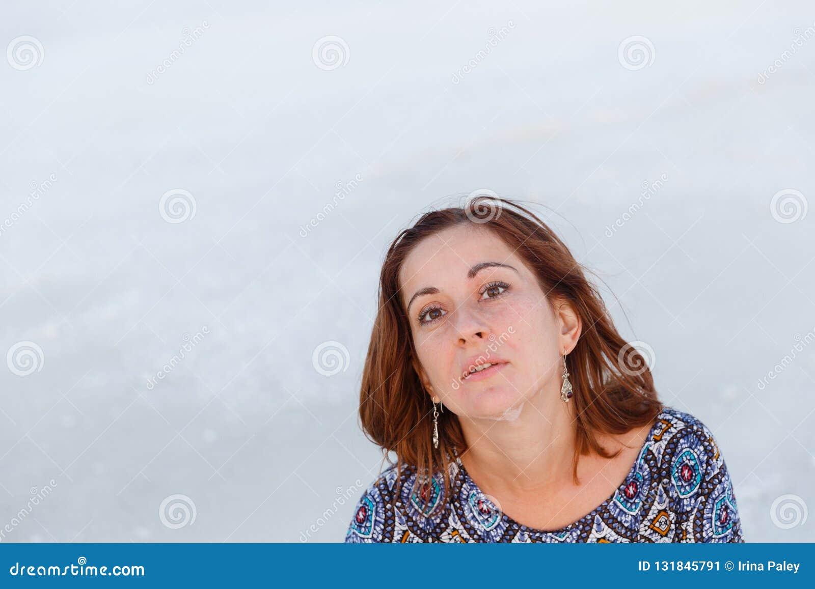 Ευτυχές χαμογελώντας κορίτσι στο άσπρο καπέλο που απολαμβάνει τον ήλιο, έκταση της αλατισμένης λίμνης Bascunchak