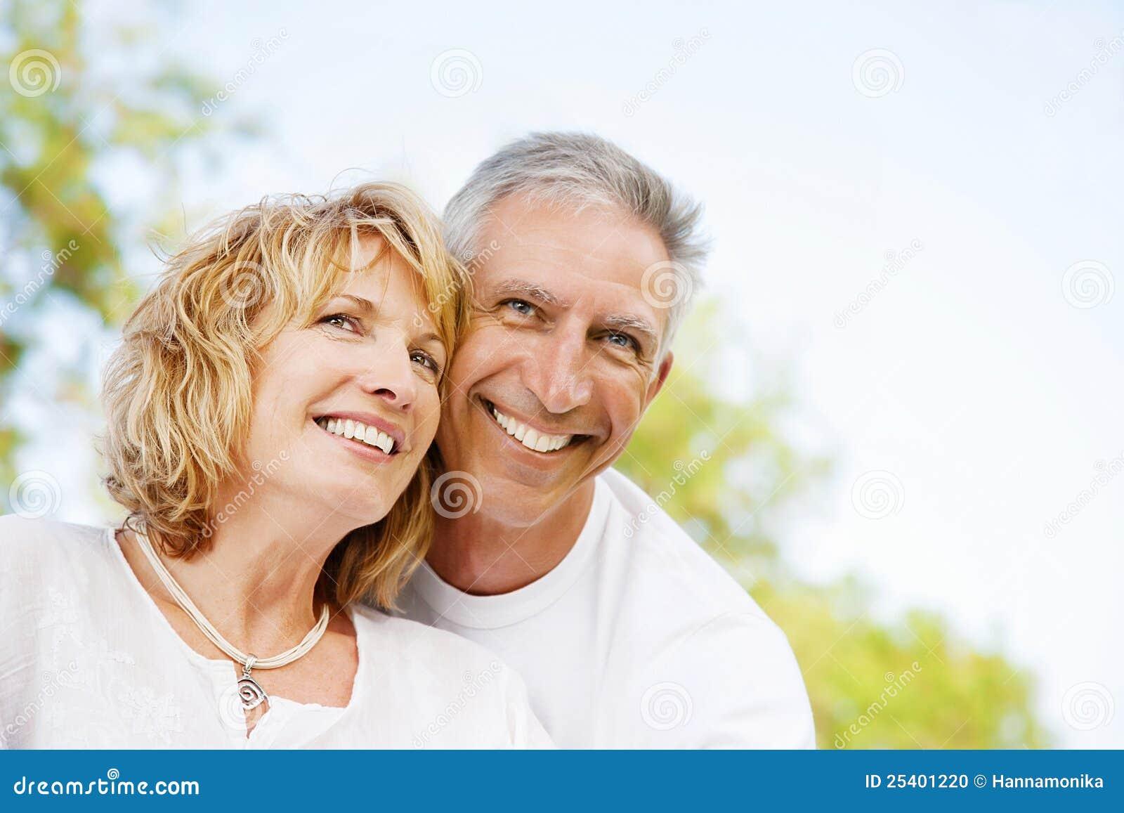 Ευτυχές ώριμο ζεύγος υπαίθρια