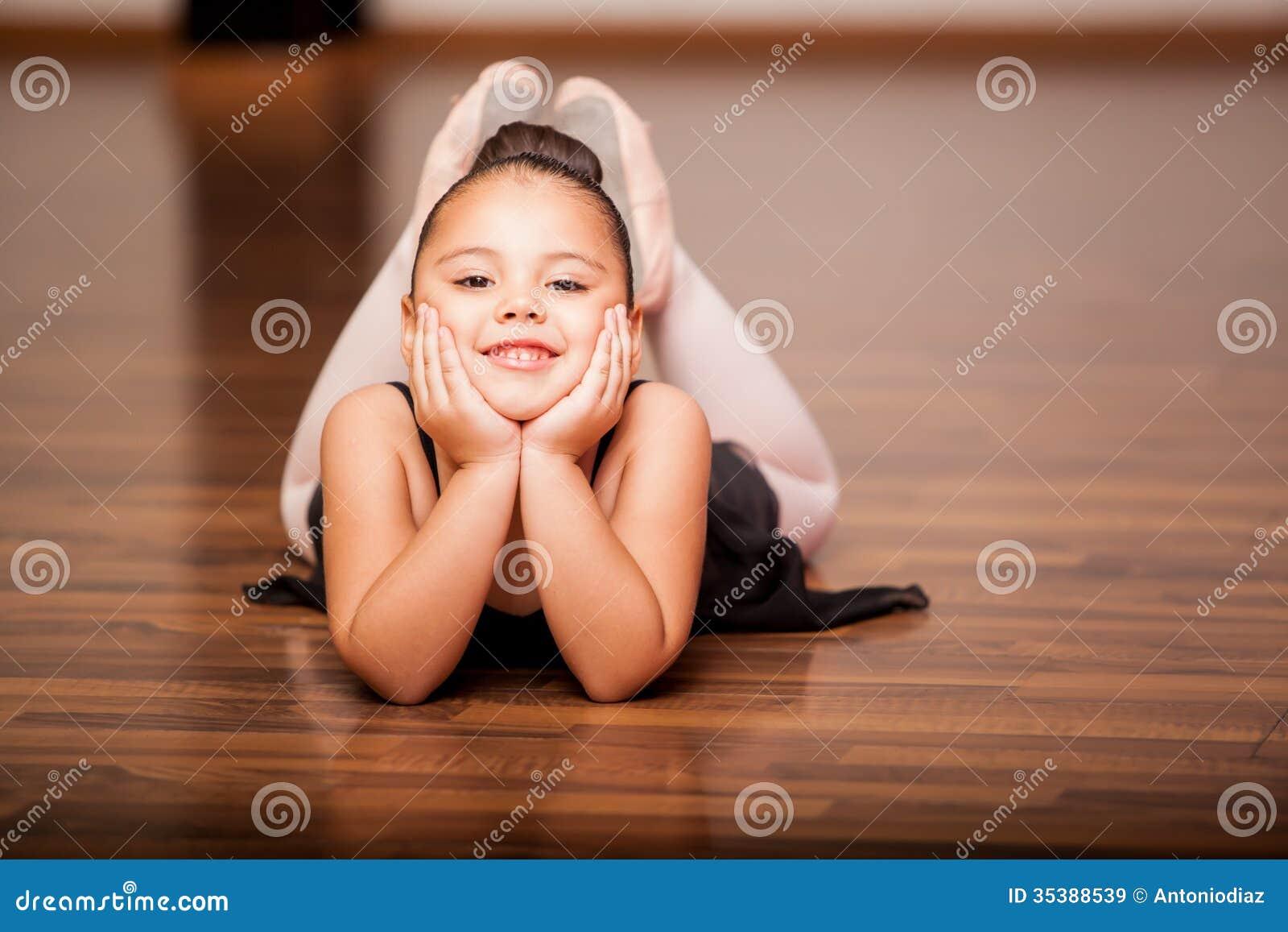 Ευτυχές ballerina κατά τη διάρκεια μιας κατηγορίας