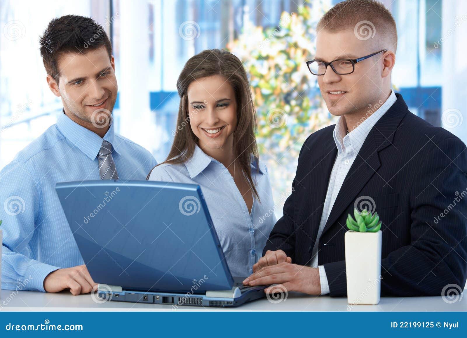 Ευτυχές businessteam που λειτουργεί από κοινού