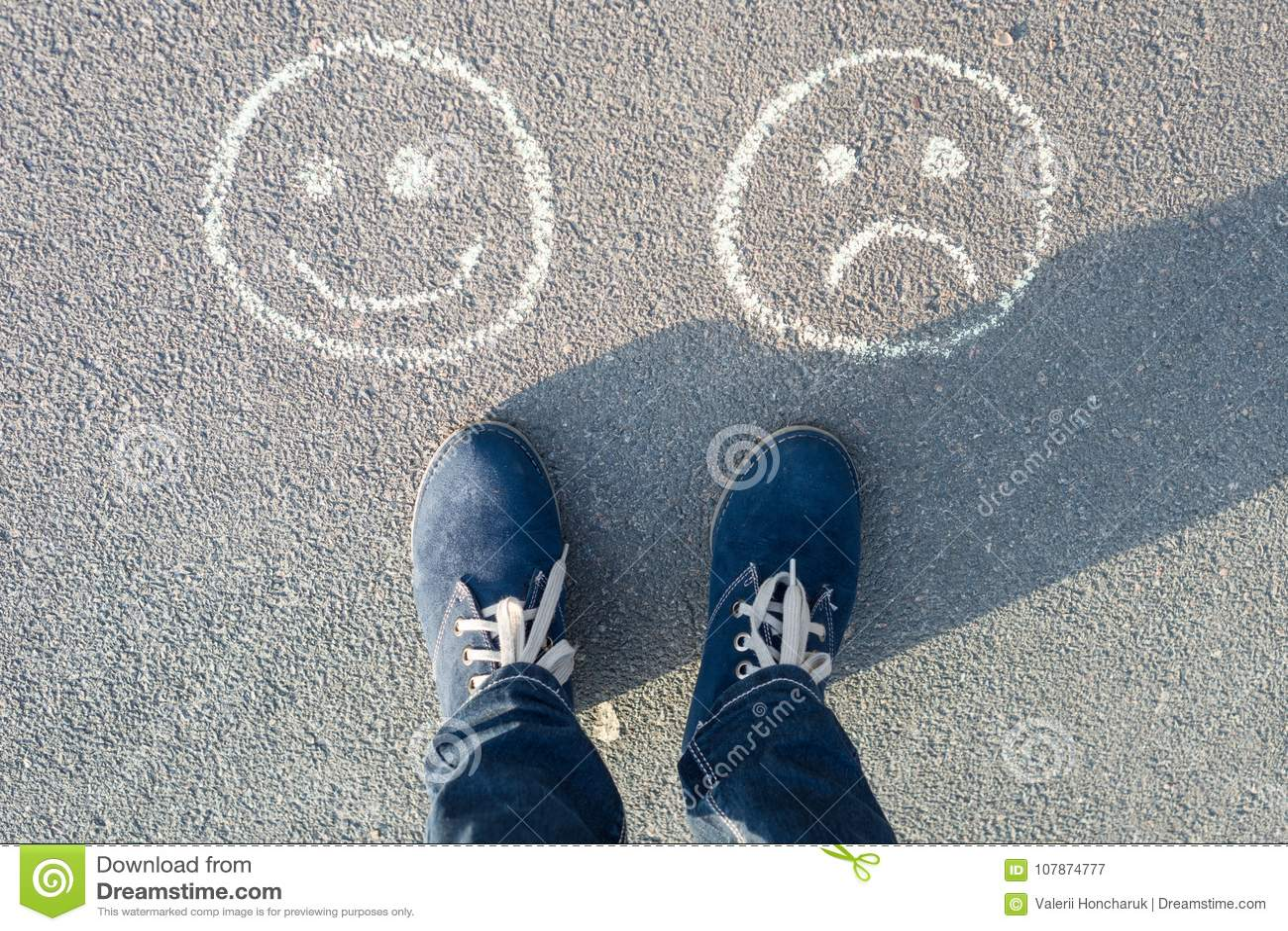 Ευτυχές Smileys ή δυστυχισμένος, κείμενο στο δρόμο ασφάλτου