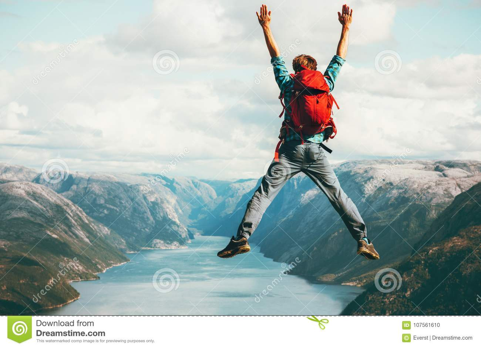 Ευτυχής έννοια περιπέτειας τρόπου ζωής ταξιδιού ατόμων πηδώντας