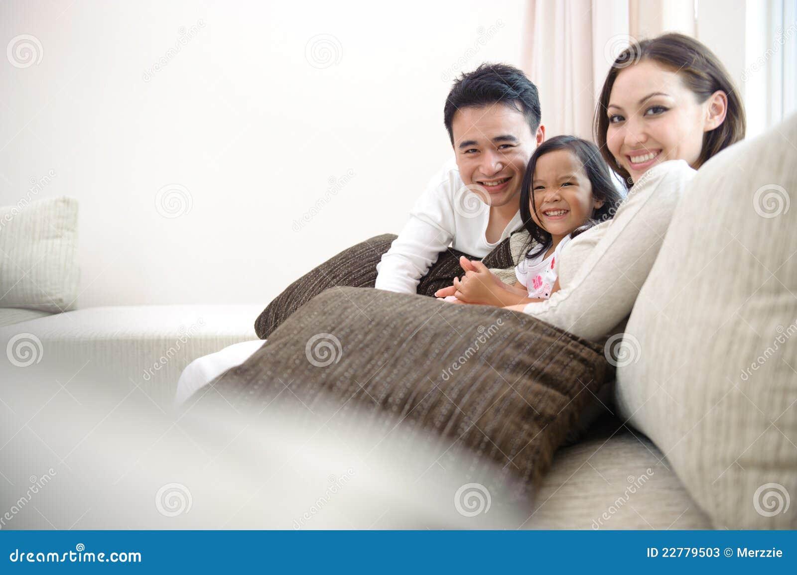 Ευτυχής ασιατική οικογένεια
