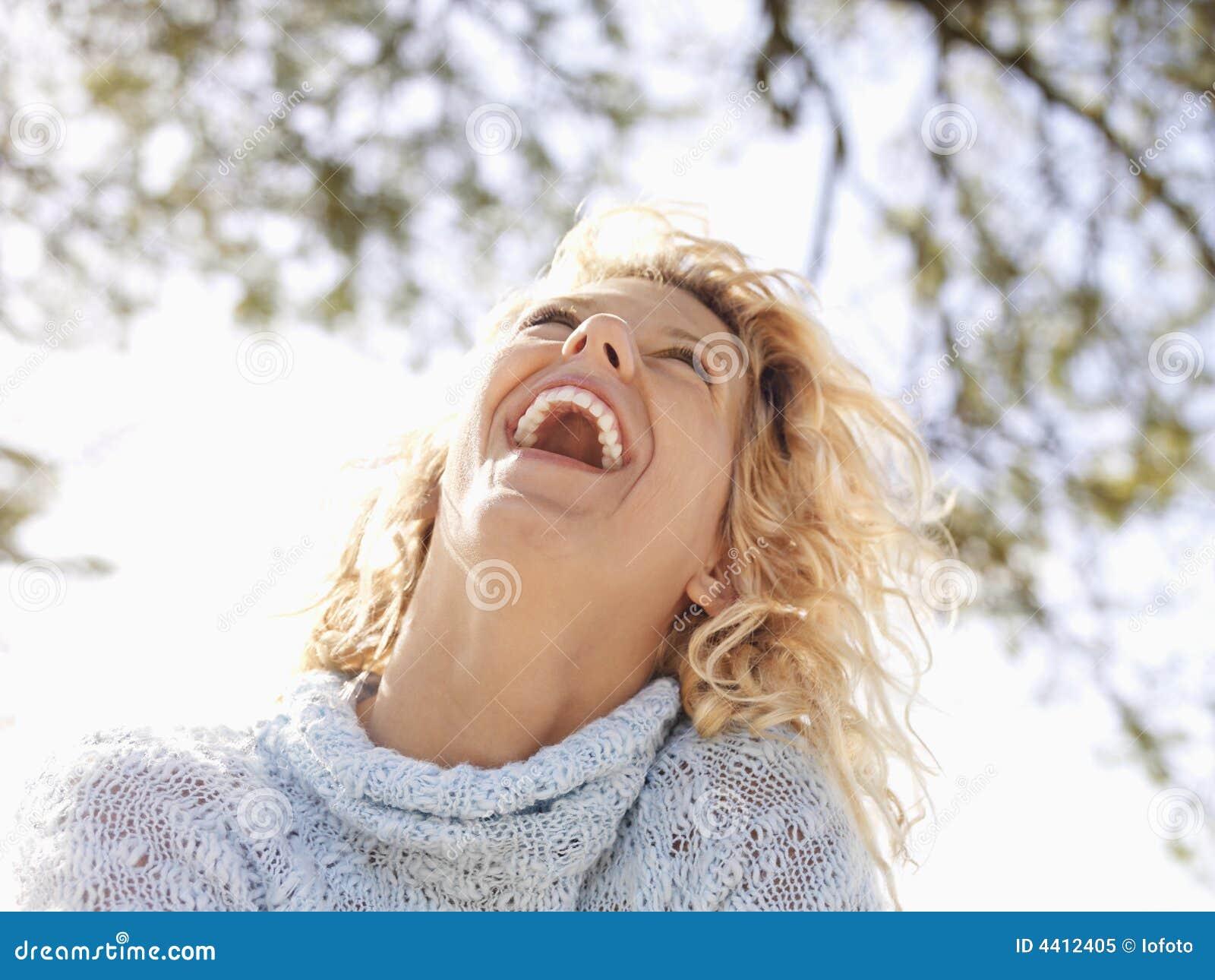 ευτυχής γελώντας γυναί&kapp