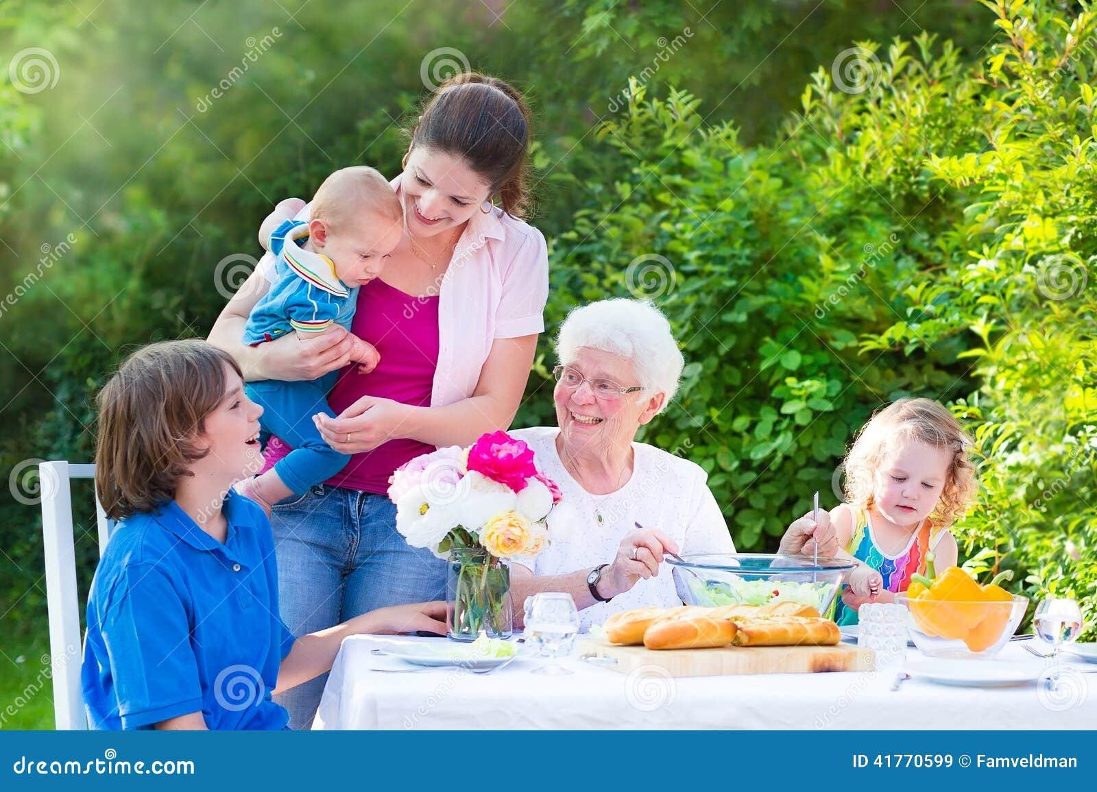 Ευτυχής γιαγιά που έχει το μεσημεριανό γεύμα με την οικογένειά της