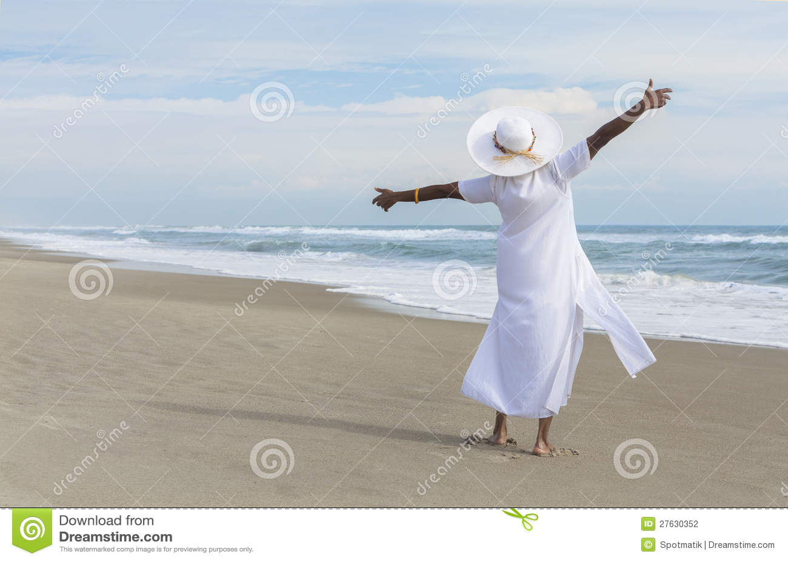 Ευτυχής γυναίκα αφροαμερικάνων που χορεύει στην παραλία