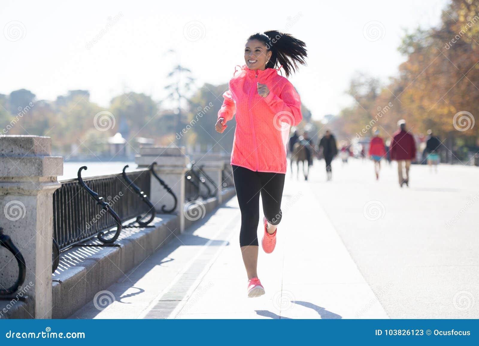 Ευτυχής γυναίκα δρομέων sportswear φθινοπώρου ή χειμώνα στο τρέξιμο και το TR