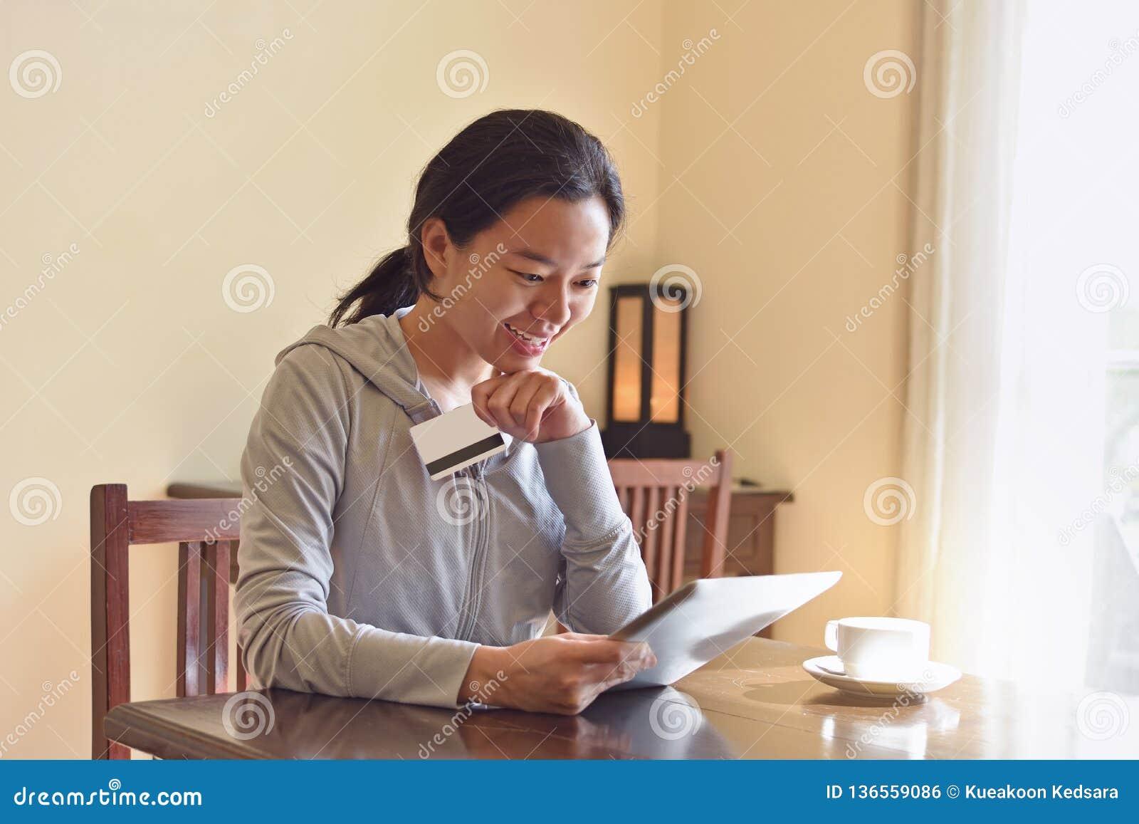 Ευτυχής γυναίκα κατά τη διάρκεια on-line να ψωνίσει στο σπίτι