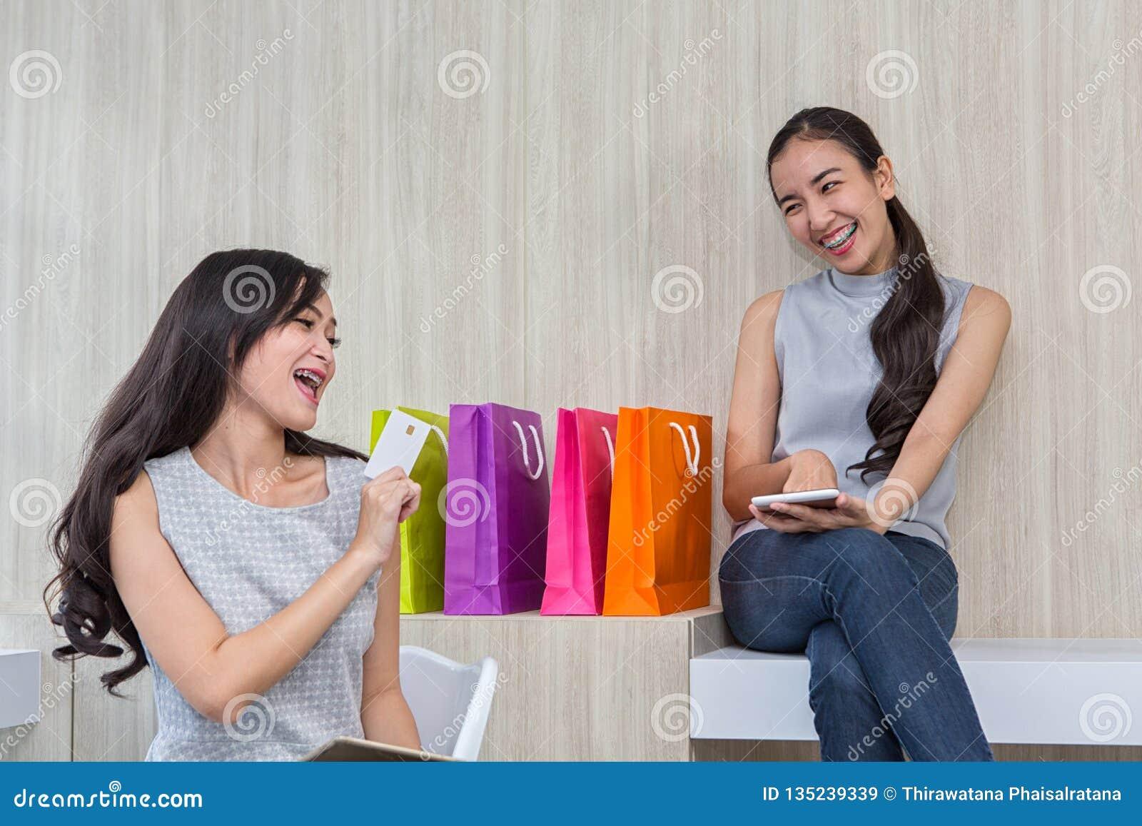 Ευτυχής γυναίκα που πληρώνει στον καφέ με πιστωτική κάρτα και έξυπνο τηλέφωνο Η γυναίκα πήρε μια ανέπαφη πληρωμή Άνθρωποι, χρηματ