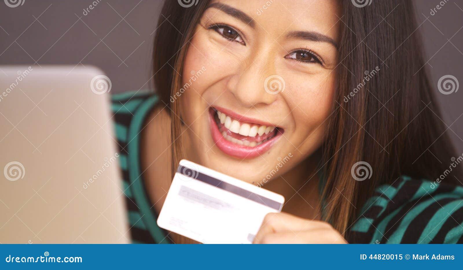 Ευτυχής γυναίκα που χαμογελά με την κάρτα διαθέσιμη