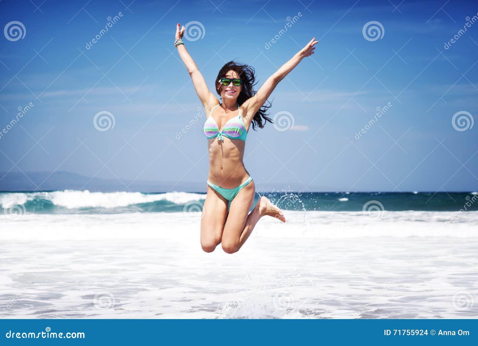 Ευτυχής γυναίκα σε μια παραλία
