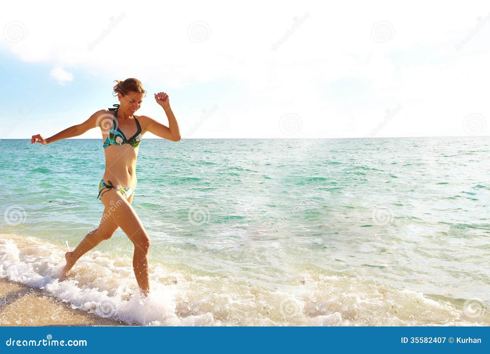 Ευτυχής γυναίκα στην παραλία του Μαϊάμι.