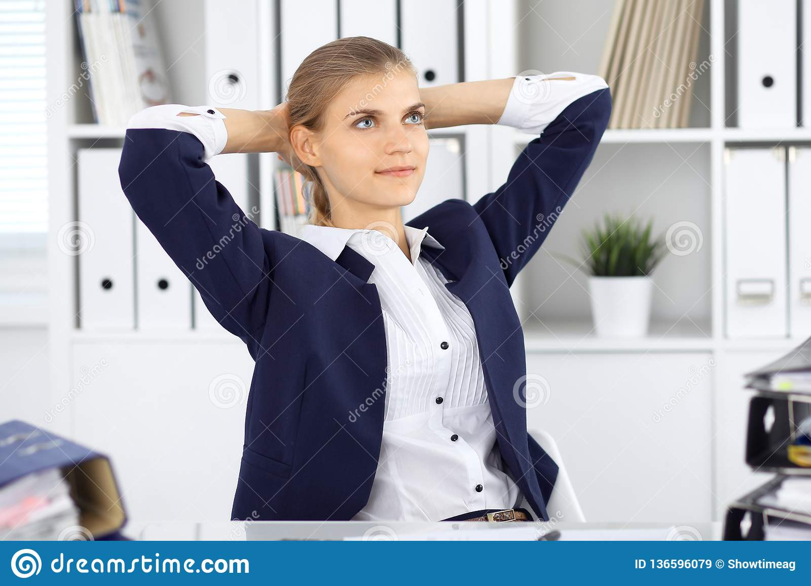 Ευτυχής επιχειρησιακή γυναίκα ή θηλυκός λογιστής που έχει μερικά πρακτικά για το χρόνο από και την ευχαρίστηση στη θέση εργασίας