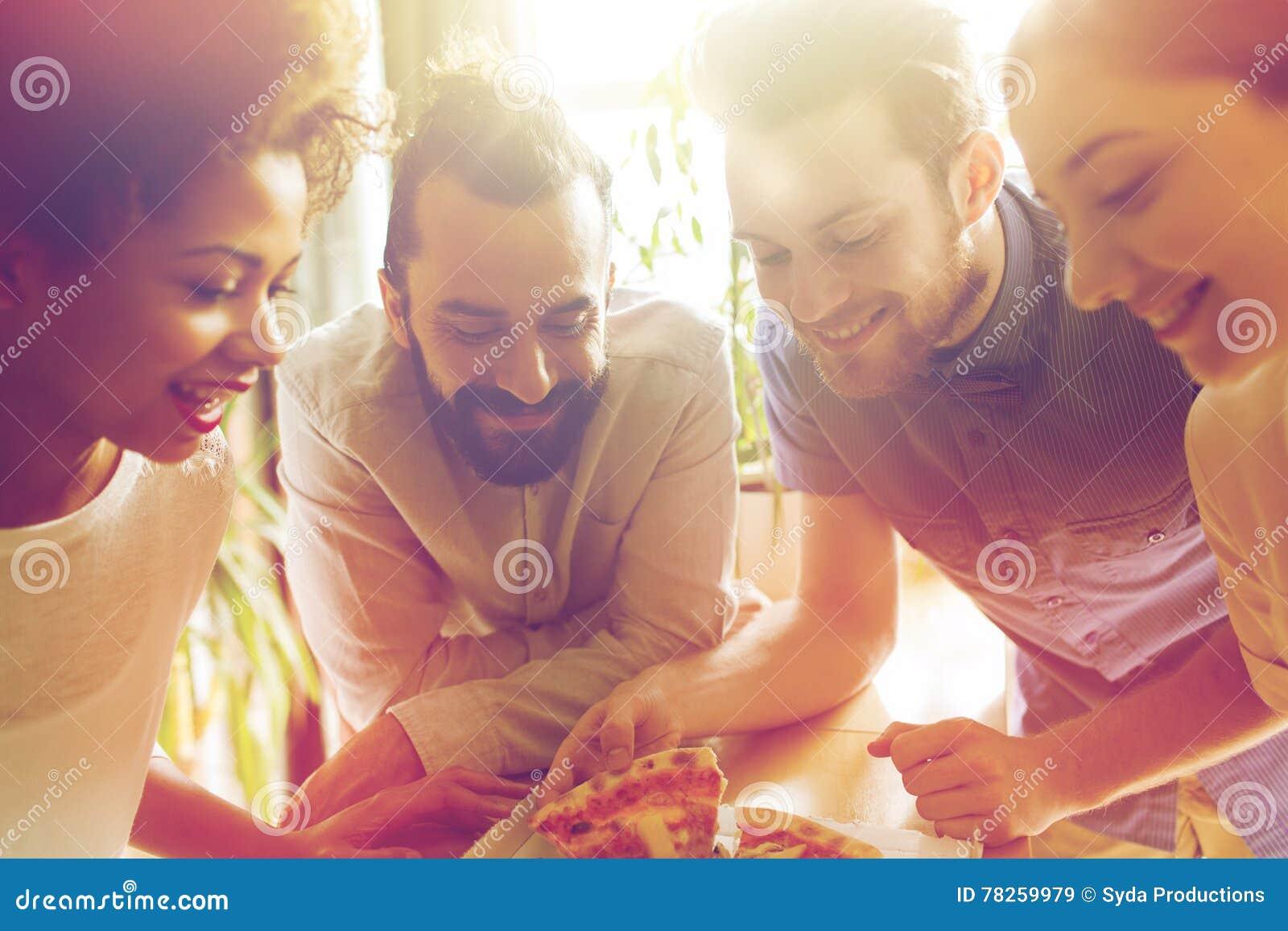 Ευτυχής επιχειρησιακή ομάδα που τρώει την πίτσα στην αρχή