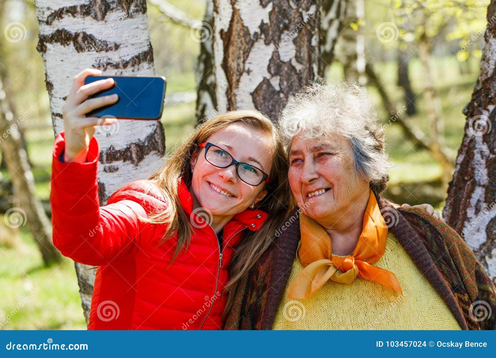 Ευτυχής ηλικιωμένη γυναίκα με την κόρη της
