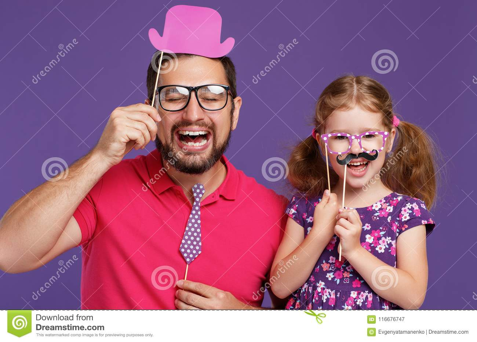 Ευτυχής ημέρα πατέρων ` s! αστείοι μπαμπάς και κόρη με mustache