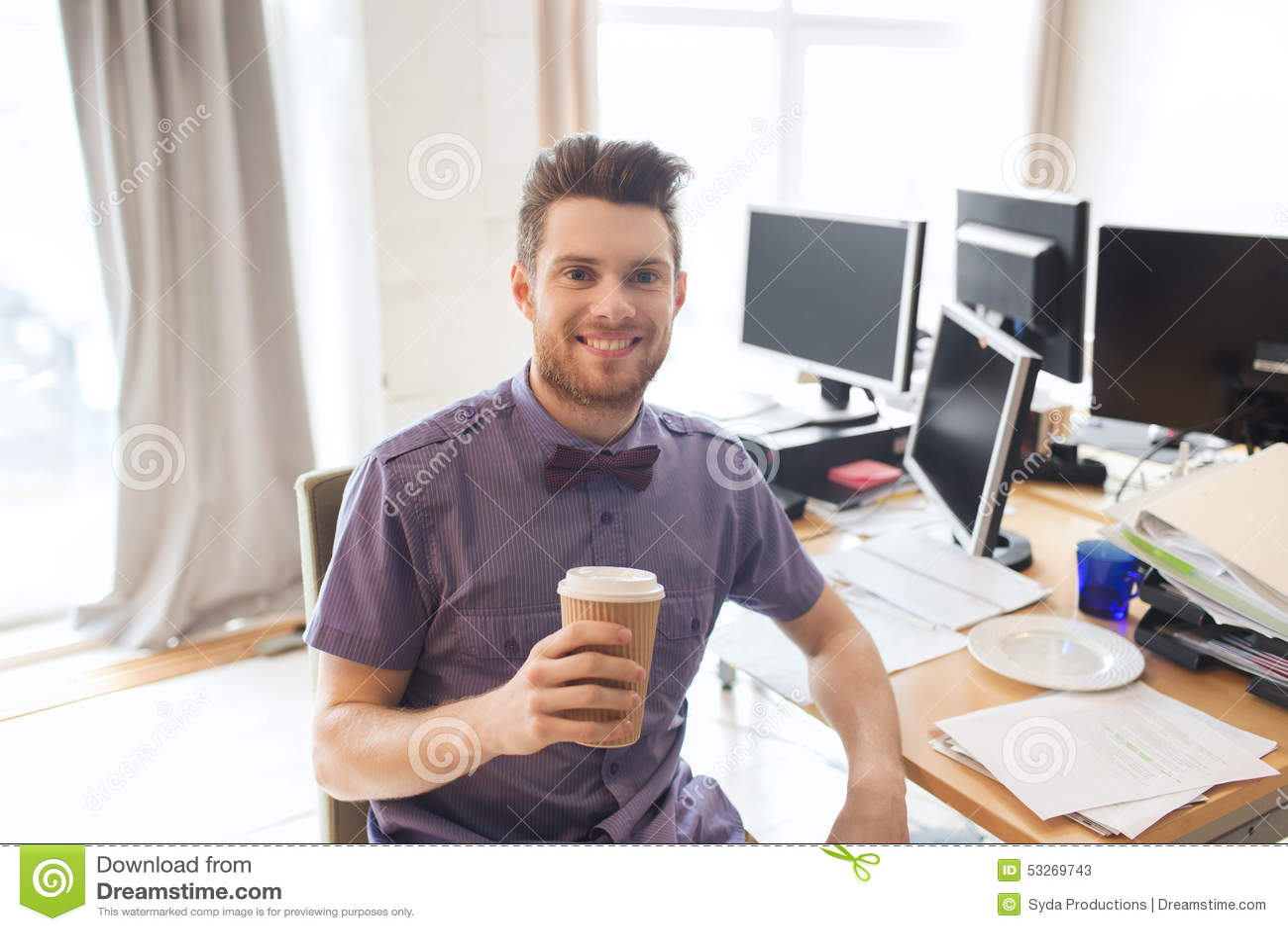Ευτυχής δημιουργικός αρσενικός καφές κατανάλωσης εργαζομένων γραφείων
