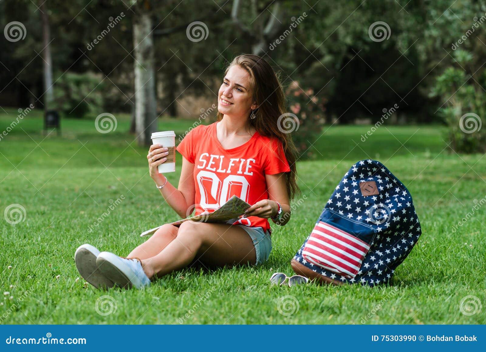 Ευτυχής θηλυκή χαλάρωση τουριστών στο πάρκο
