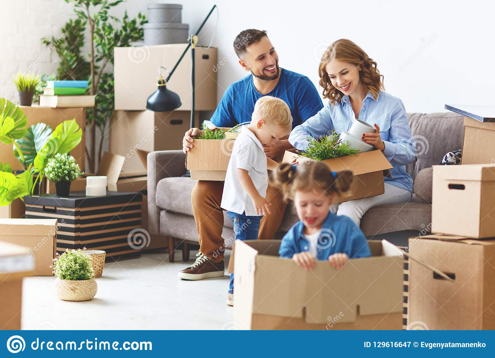 Ευτυχής κίνηση πατέρων και παιδιών οικογενειακών μητέρων προς το νέο διαμέρισμα