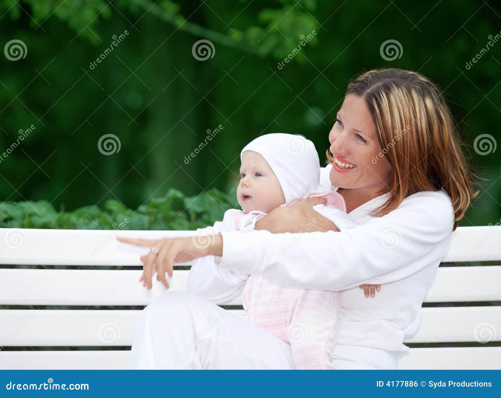 ευτυχής μητέρα πάγκων μωρών